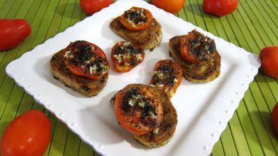 Canapés aux oeufs : Assiette de tartines de pain aux tomates
