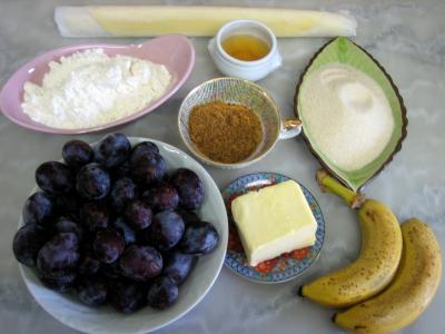 Ingrédients pour la recette : Crumble aux prunes et aux bananes