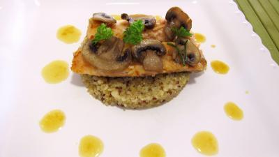 vinaigre vin rouge : Assiette d'éffilochés de truite et son quinoa en risotto aux champignons