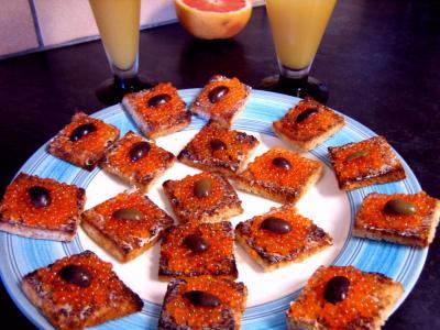 oeufs truite : Assiette de canapés aux oeufs de truite