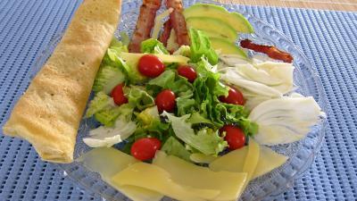 Image : Assiette de crêpes en salade aux légumes variés