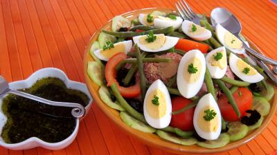 Cuisine provençale : Saladier de salade niçoise et sa sauce