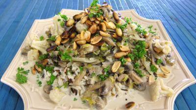 Image : assiette de cacahuètes grillées et ses restes de légumes