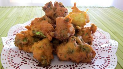 beignets salés : Assiette aux beignets de brocolis au chèvre frais