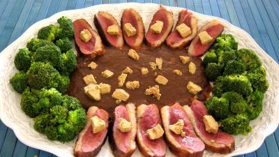 cuisson au vin : Assiette de magret au foie gras et aux brocolis