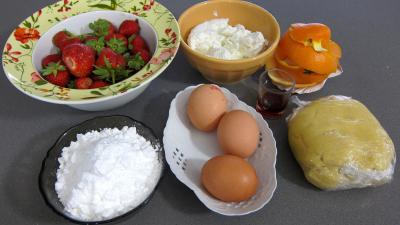 Ingrédients pour la recette : Tarte au fromage nature avec fraises et framboises