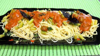 Sauce tomates aux olives : Plateau de pâtes spaghettis aux haricots beurre