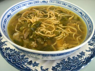 soupe de viandes et charcuterie : Bol de soupe de boeuf et nouilles façon chinoise
