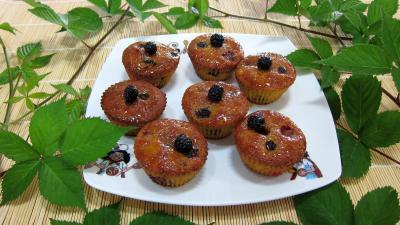 maïs blanc : Assiette de cupcakes aux nashis et mûres