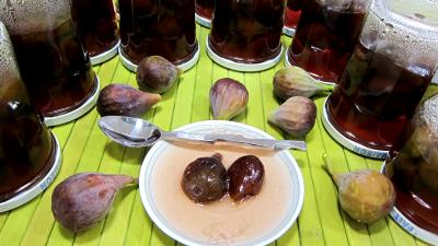 confites : Coupelles et pots de figues confites aux épices