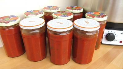 Image : Pots de conserve de sauce tomate  la bolognaise