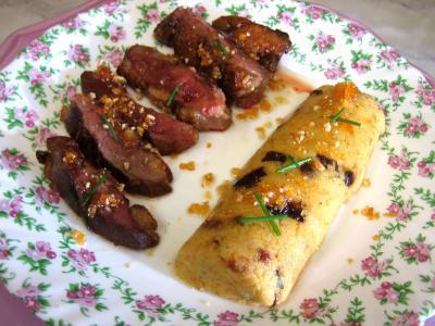 caramel : Magret au caramel et aux amandes et sa polenta aux pruneaux