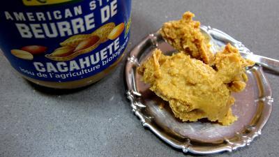 Photo : Coupelle et pot de beurre de cacahuètes