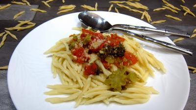 Image : Assiette de pâtes trofie liguri alla puttanesca