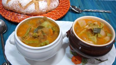 pâtisson : Petits bols de soupe de brocolis et légumes