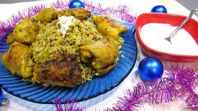 plat complet : Assiette de Biryani de poulet et bol de sauce