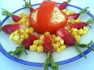 Image : Assiette de tomates à l'avocat et au thon
