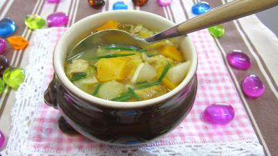 Cuisine diététique : bol de soupe de légumes aux navets