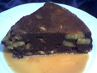 sauce au caramel : Assiette de part de gâteau au chocolat et aux bananes