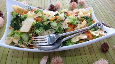 Image : Saladier de farfalle et brocolis en salade