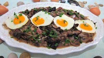 cuisson au vin : Assiette d'oeuf au vin rouge et champignons