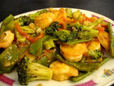 vin de riz chinois : Plat de sauté de crevettes aux légumes