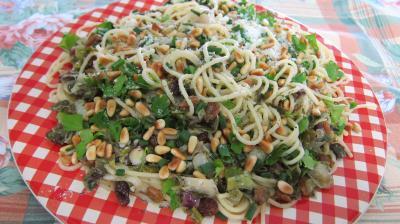 câpre : Assiette de spaghettis aux pignons de pin et aux raisins secs