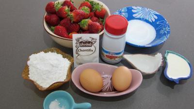 Ingrédients pour la recette : Verrines de fraises à la chantilly meringuée