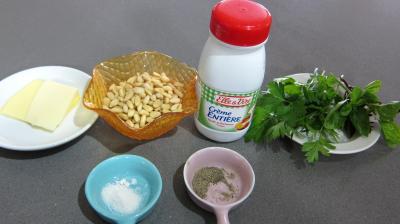 Ingrédients pour la recette : Coulis de pignons de pin