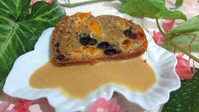 Crème abricots à la noix de coco : Assiette de cake aux abricots et myrtille avec sa crème aux abricots et noix de coco