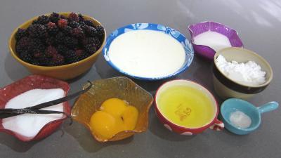Ingrédients pour la recette : Crème anglaise aux mûres et sa meringue