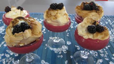 Dessert meringué : Coupe de crème anglaise aux mûres et sa meringue