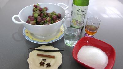 Ingrédients pour la recette : Raisins à l'eau de vie et épices