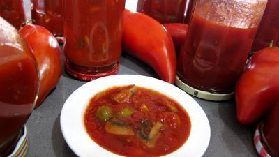 sauce pour riz : Coupelle de conserves de tomates aux champignons