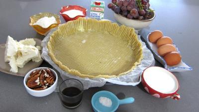 Ingrédients pour la recette : Clafoutis aux raisins et au brousse