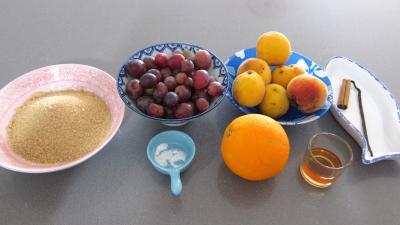 Ingrédients pour la recette : Coulis de pêches et raisins noirs (conserves)