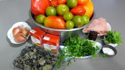 Ingrédients pour la recette : Sauce tomate aux champignons noirs (conserves)