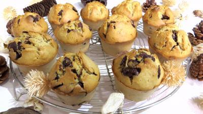 chocolat : Muffins au pépites de chocolat et sa grille de refroidissement