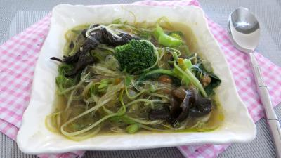 vermicelle de soja : Ramequin de soupe aux germes de soja