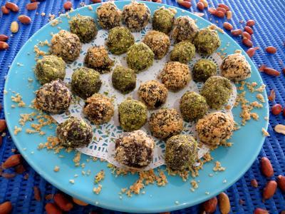 chocolat blanc : Assiette de truffes pistaches et cacahuètes