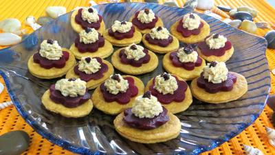 canapés : Assiette de feuilletés à la mousse de saumon fumé