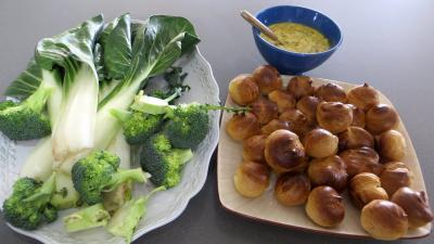 Ingrédients pour la recette : Choux farcis et blettes vapeur à la sauce tartare
