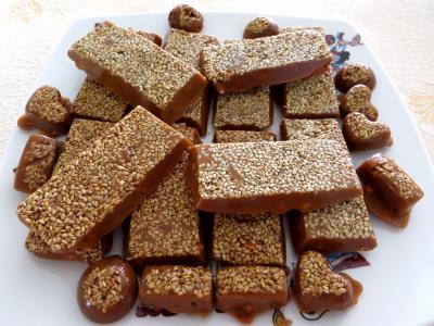 cacahuète : Assiette de caramels aux cacahuètes
