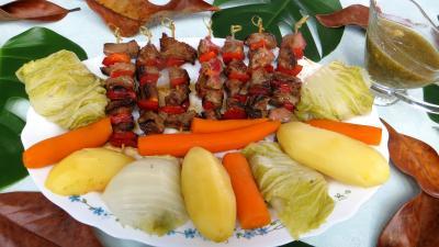 boeuf : Assiette de brochettes de boeuf et légumes à la vapeur