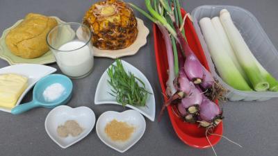Ingrédients pour la recette : Tagliatelles fraîches aux oignons et ananas
