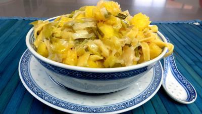 Tagliatelle fraîche : Bol de tagliatelles fraîches aux oignons et ananas