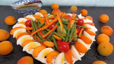 haricots beurre : Assiette de salade d'été aux abricots