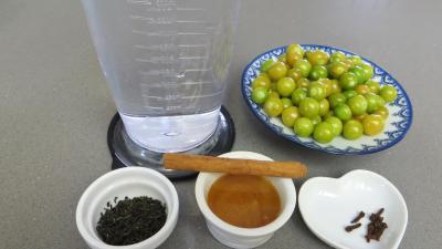 Ingrédients pour la recette : Thé chaud épicé aux physalis