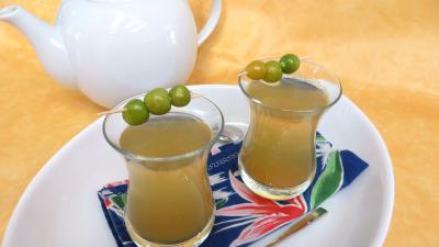 Image : Verres de thé chaud épicé aux physalis