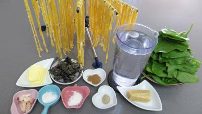 Ingrédients pour la recette : Tagliatelles sautées aux épinards